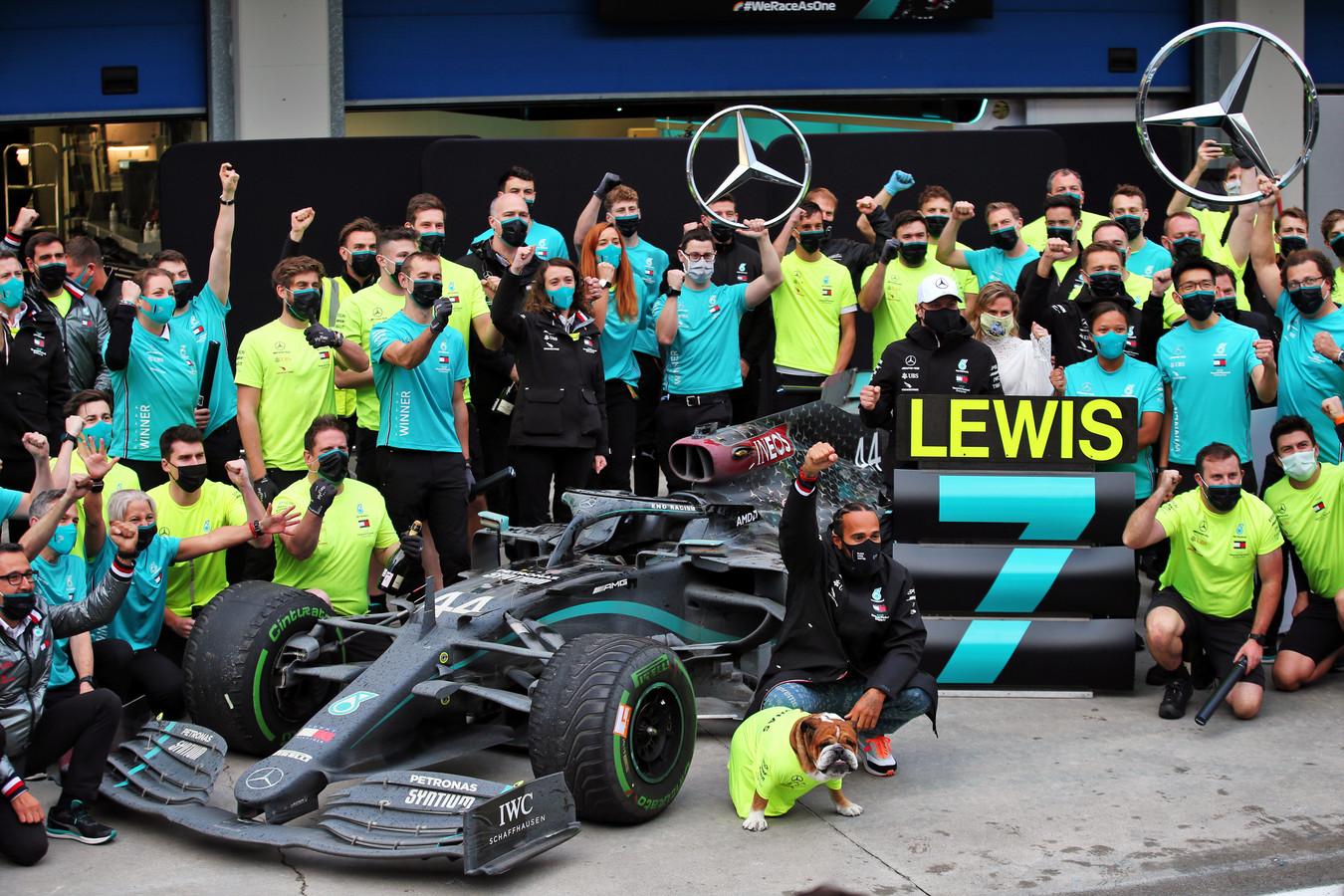 2020: Lewis Hamilton viert zijn zevende wereldtitel met het hele team van Mercedes én met zijn hond.