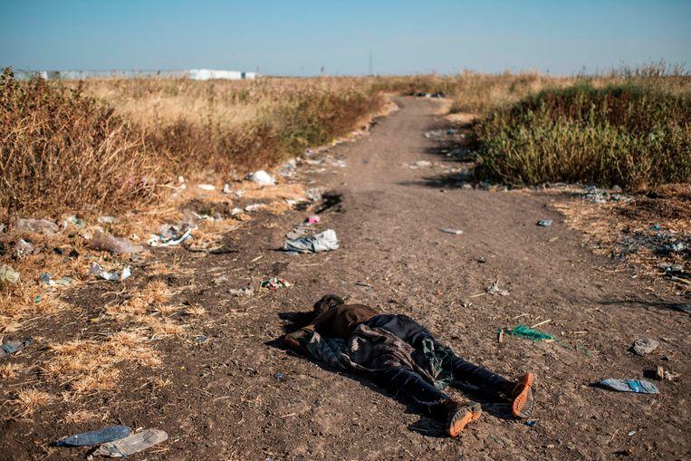 Een overledene op de weg bij Mai Kadra. Beeld Eduardo Soteras Jalil / AFP