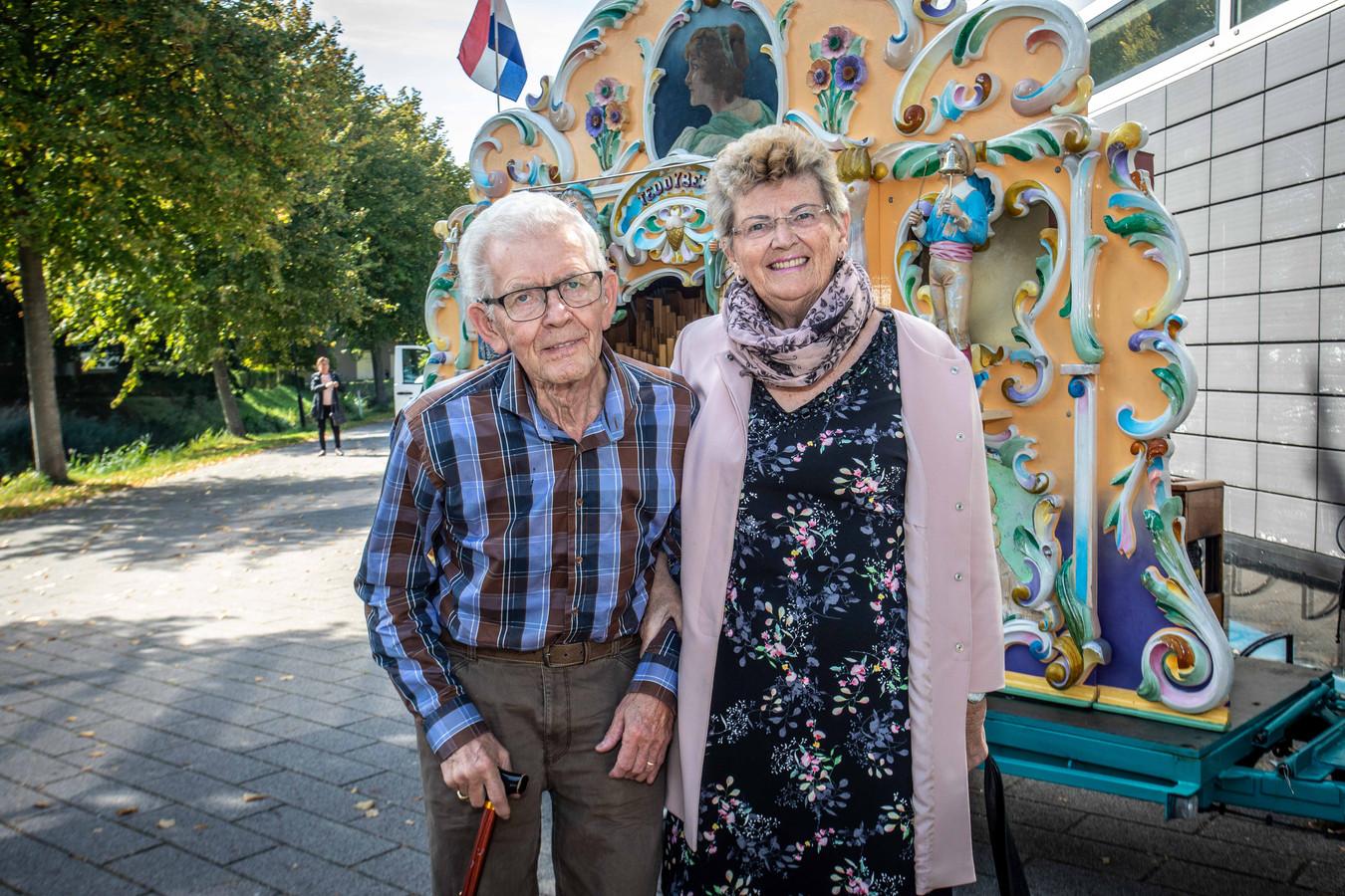 Jan en Sabien Boonman zijn 55 jaar getrouwd. Bij aankomst worden de bruidsparen ontvangen met muziek.