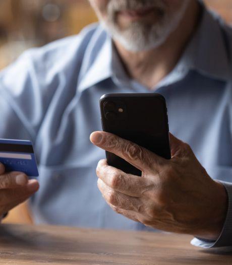 Oplichter komt bankpas en pincode 'ophalen' bij ouder stel, maar weet niet dat politie hem staat op te wachten