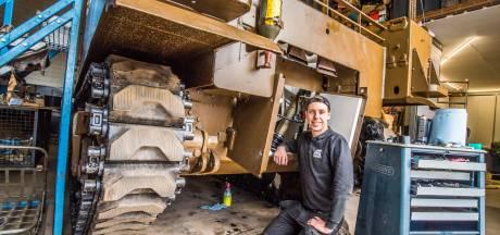 Joop (19) uit Nijverdal knapt legertank uit 1943 op: 'De bomen groeiden er gewoon in'