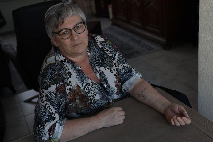 Marjan van den Eijnden met een tattoo voor haar overleden zoon Nicky