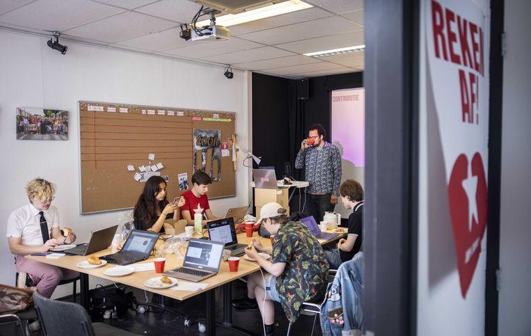 Het bestuur van Rood tijdens een online ledenvergadering. De SP nam zaterdag met volle overtuiging afscheid van de jongerenorganisatie van de SP. Beeld ANP