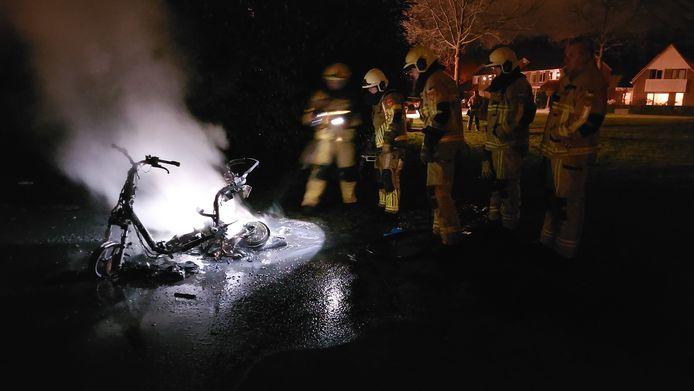 De scooter is volledig uitgebrand.