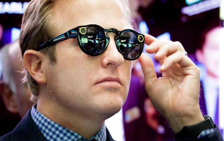 Een bankier draagt Snapchat Spectacles tijden de beursgang van Snap Inc. Beeld EPA