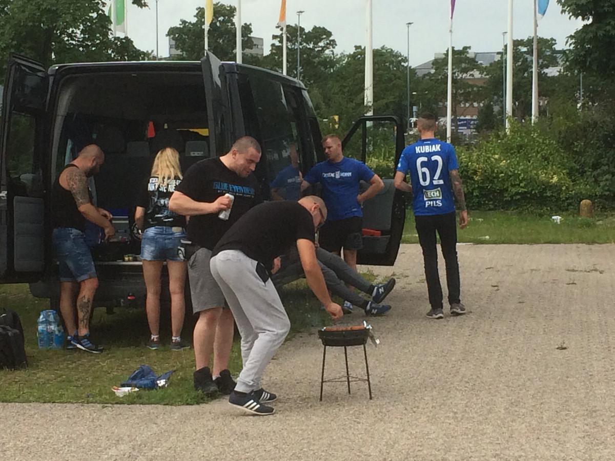 Supporters van Lech Poznan steken de barbecue aan.
