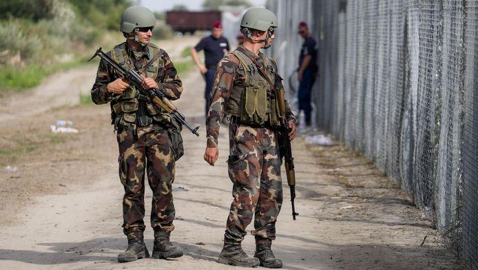 Politie en leger patrouilleren langs de grens tussen Hongarije en Servië