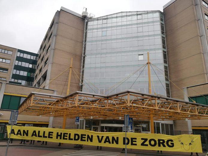Bij de hoofdingang van ziekenhuis Rijnstate in Arnhem staat vanaf woensdag een extra controlepunt.