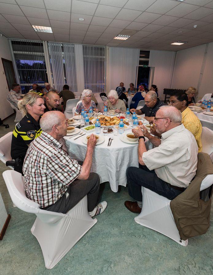 Ouderen uit de wijk, moslims en vertegenwoordigers van allerlei instanties genoten met elkaar van de iftar-maaltijd die tijdens de ramadan na zonsondergang wordt genuttigd.