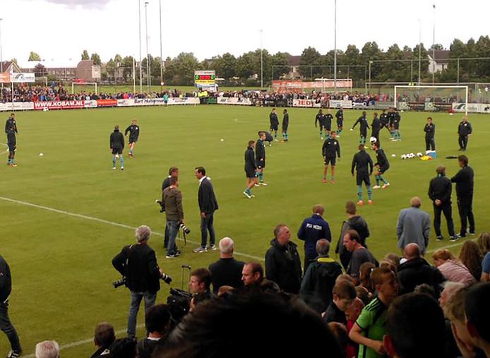 Warming up van PSV selectie voor compleet uitverkocht oefenduel tegen Dongen