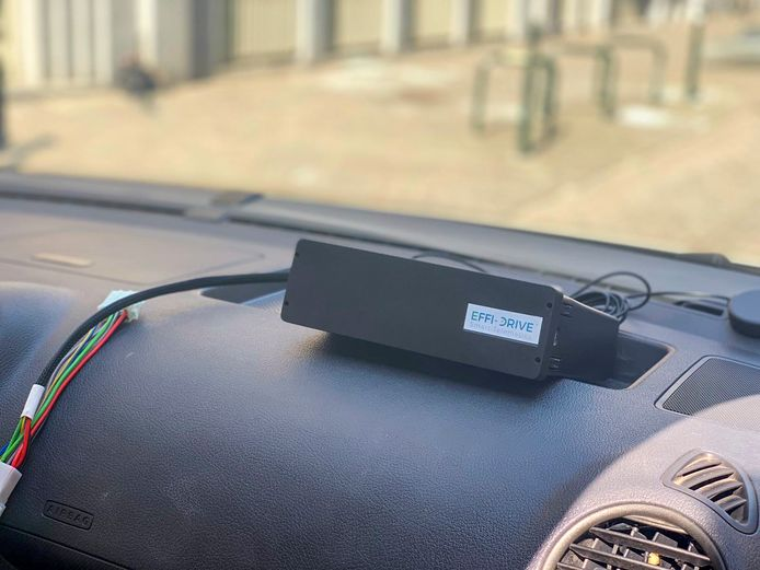 Zwarte doos van Effi-Drive in wagen