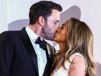 IN BEELD. 'Bennifer' is terug: Jennifer Lopez en Ben Affleck poseren verliefd op de rode loper