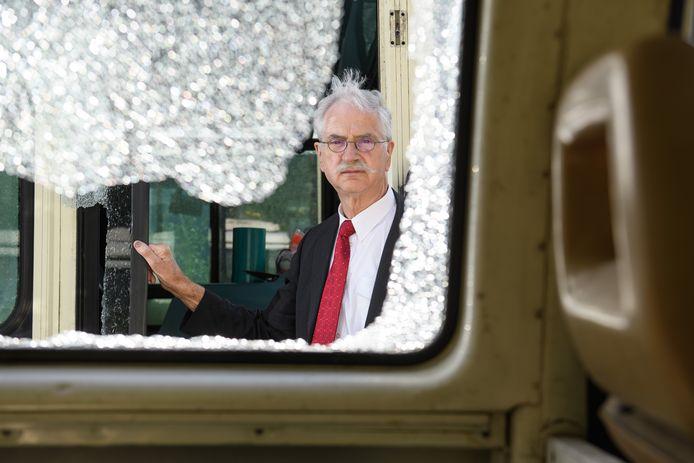 Taxi-ondernemer Teun Stevens - alias De Neuze - bij een van zijn partybussen, waarvan de ruiten begin juli zijn ingeslagen.