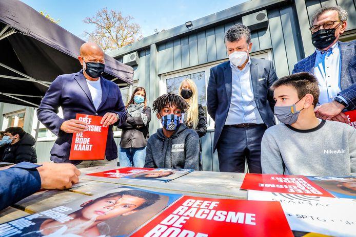 In het KTA te Brugge bezoeken Bart Somers en Bart Verhaeghe de anti racisme lessen