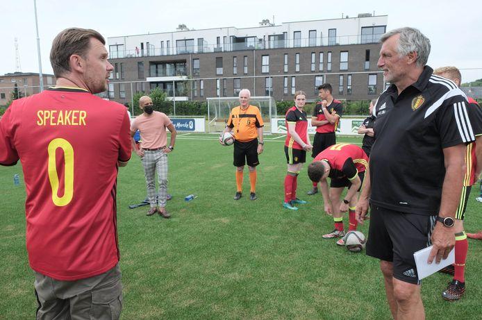 Christophe Stienlet van de BV-ploeg en Unified-bondscoach Piet den Boer voor de aftrap.