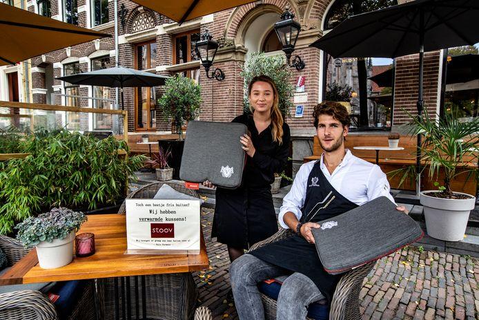 Medewerker Eva Gähler en kok Björn Achtereekte lieten september vorig jaar nog zien dat het terras van Huis Vermeer In Deventer verwarmde kussentjes hebben.