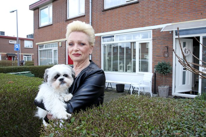 Nelleke Schulz  vreest problemen nu zij niet kan meedoen aan de renovatie van Woonbron in Tuinenhoven.