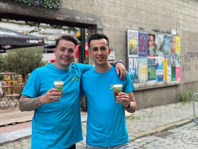 Zaakvoerders Niels De Puydt (links) en Kadïr Güler voor hun zomerbar.