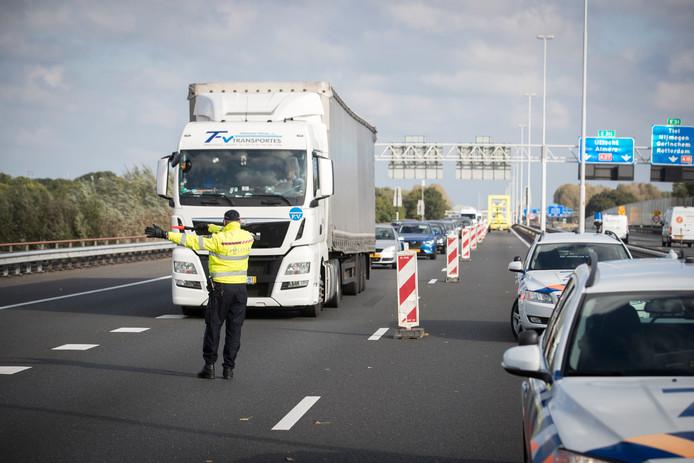 De verkeerscontrole bij de Merwedebrug leidt tot verkeerschaos. Veel, vooral buitenlandse, vrachtwagenchauffeurs volgen de borden voor de brug niet en moeten op het allerlaatste moment van de weg worden gedirigeerd door de politie.