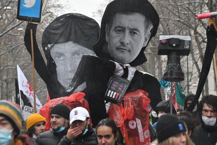 De omstreden veiligheidswet is een initiatief van de binnenlandminister Gérald Darmanin.  Hij en president Emmanuel Macron waren kop van Jut bij deze betogers in Parijs.