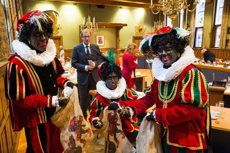 PVV-fractieleden (VLNR) Ton van Kesteren, Matthijs Jansen en Dennis Ram van de Provinciale Staten van Groningen zijn verkleed als Zwarte Piet tijdens de Statenvergadering in het Provinciehuis. Beeld anp