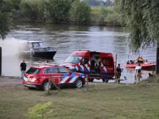 Plezierjacht brandt volledig uit in de Maas bij Ravenstein