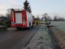 Auto belandt op zijn kop in de sloot in Halle