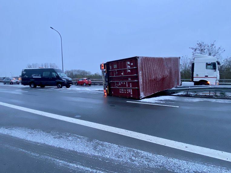Op de oprit van de E19 in Mechelen-Noord ging een vrachtwagen aan het slippen en belandde op zijn zij. Bij het ongeval waren er meerdere voertuigen betrokken Beeld Tim Van der Zeypen