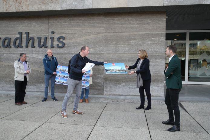 Michel Koonen overhandigt 3178 handtekeningen tegen de komst van museum Vonk aan de wethouders Monique List en Rik Thijs (r).