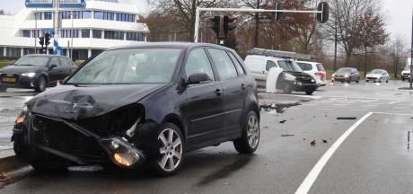 Twee auto's botsen op elkaar op Kempenbaan in Veldhoven