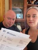 John en zijn dochter Lisanne Bont met zorgrekeningen.