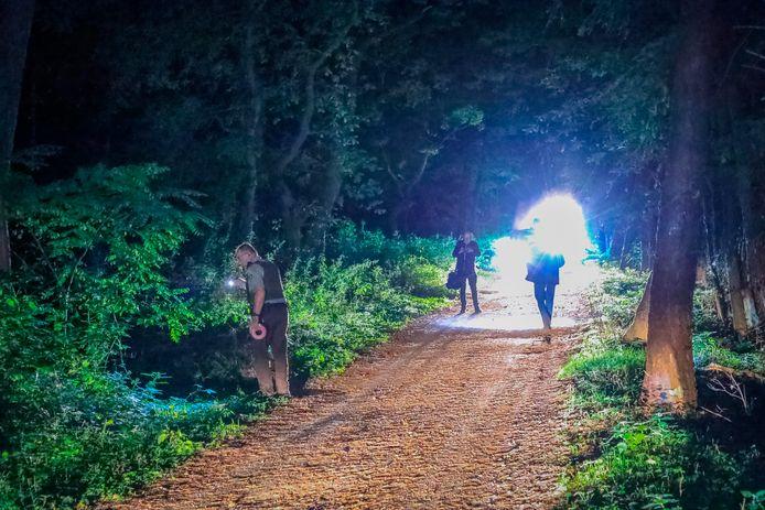 Een groot stuk bosgebied tussen Baarn en Lage Vuursche werd donderdagavond afgezet, om de herkomst te achterhalen van een penetrante lucht. Mogelijk ging het om drugsafval.