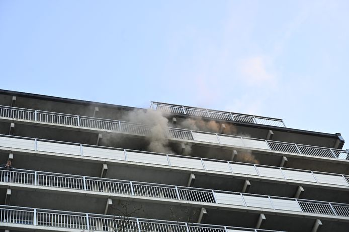 Dit flatgebouw in Zwanenveld is ontruimd vanwege een brand.