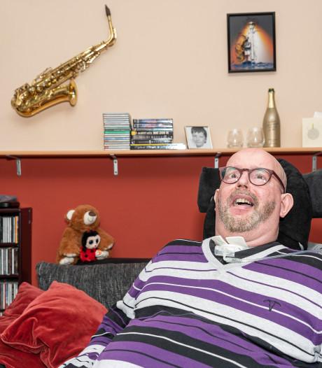 Verlamde Dick van der Heijde uit Kapelle schreef een boek door vijftien maanden met zijn ogen te knipperen