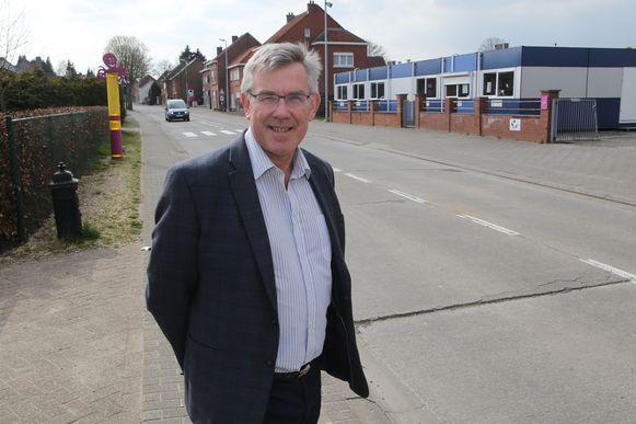 Burgemeester Chris Vervliet aan Kerkomsesteenweg waar fietspaden komen.