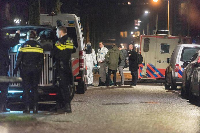 De politie zette vrijdagavond de omgeving van de Grote Wittenburgerstraat ruim af na de schietpartij