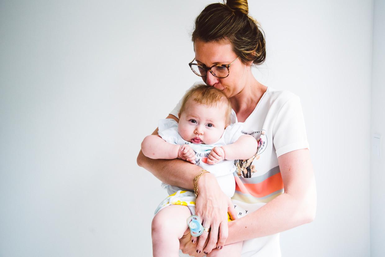 Baby Pia en moeder Ellen De Meyer. Beeld Francis Vanhee