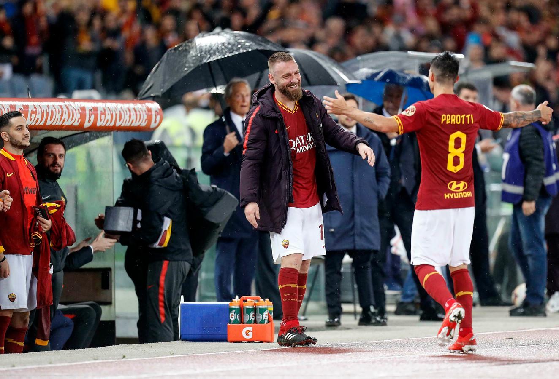 De al gewisselde Daniele De Rossi feliciteert ploeggenoot Diego Perotti, die AS Roma vlak voor tijd aan de zege op Parma hielp.