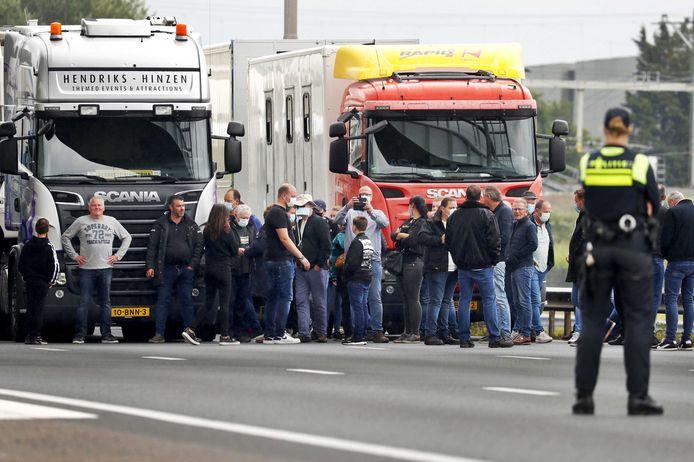 Kermisexploitanten proberen het Malieveld in Den Haag te bereiken, maar worden door de politie tegengehouden op snelweg A12.