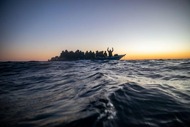 Migranten in een bootje voor de Europese kust. Beeld AP
