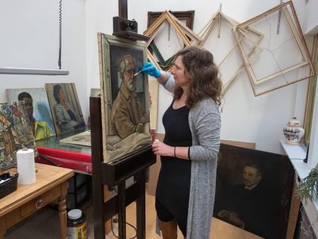 Christine restaureert schilderijen van Vilmos Huszár