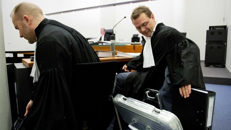 De advocaat van Sabir K., Andre Seebregts (R), neemt het dossier ter hand. Beeld ANP