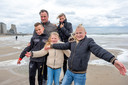 Ruud en Nancy de Bitter uit Venlo met hu nkinderen Len, Ivy en Liv genoten van de wind op het badstrand in Vlissingen.