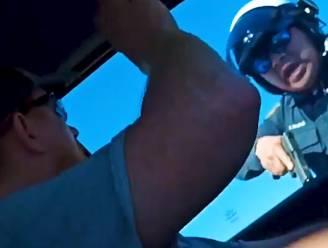 Verkeersagent trekt vanuit het niets zijn wapen en dreigt bestuurder dood te schieten