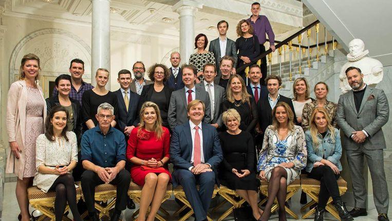 Koning Willem-Alexander en Koningin Máxima met de 27 genodigden van de uitblinkerslunch. Beeld RVD/Jeroen van der Meyde