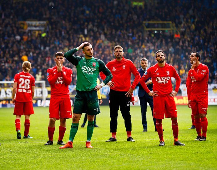 Verdriet en verbijstering bij de spelers van FC Twente na de 5-0 nederlaag bij Vitesse: degradatie is een feit.