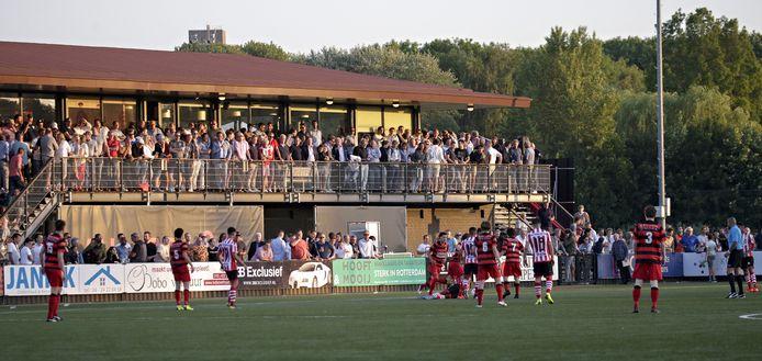 Fans bekijken vanaf het clubgebouw het oefenduel tussen VOC en Sparta.