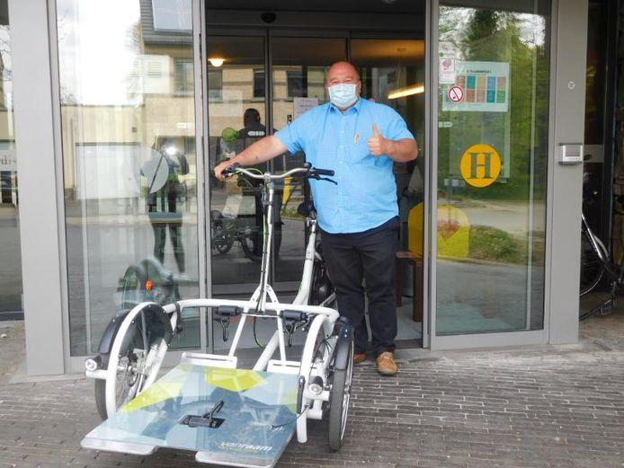 Filip Havet levert de speciale fiets aan het woonzorgcentrum Villa Hugardis.