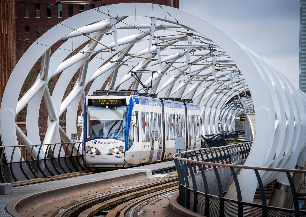 Een tram rijdt over het spoor van de Randstadrail. Volgens de Groeiagenda komt er een lightrail van Dordrecht naar Leiden