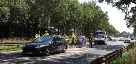 Motor botst tegen automobilist met pech in Schaijk